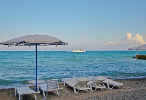 Оборудованный пляж для гостей отеля Атлантида